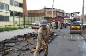 En Bogotá hay héroes que arreglan vías sin cobrar