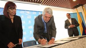 Firma acuerdos laborales en el Distrito - Foto: Comunicaciones Alcaldía Bogotá / Diego Bauman