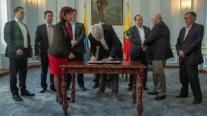 Firma acuerdos laborales con los sindicatos - Foto: Comunicaciones Alcaldía / Andrés Sandoval