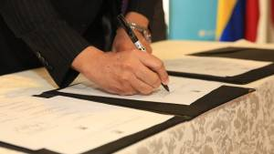 Firma decreto armas blancas - FOTO: Consejería de Comunicaciones