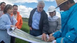 Alcalde Enrique Peñalosa y técnicos del Acueducto en un recorrido por el humedal Juan Amarillo - Foto: Alcaldía de Bogotá