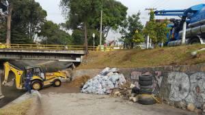 Con maquinaria pesada se adelantan tareas de limpieza en los sistemas de drenaje.