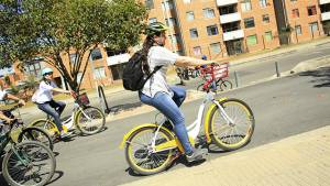Mujer en bici - Foto: Prensa Alcaldía Mayor de Bogotá / Diego Bauman