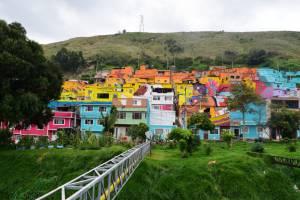 Mural en el barrio Las Puentes. Familias enteras trabajaron en su creación por dos meses.