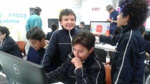 Niños que habitan Bogotá celebran el Día del Internet.
