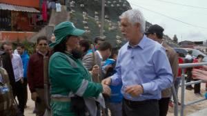 Alcalde con trabajadora de Aguas de Bogotá en Los Alpes -  Foto: Comunicaciones Alcaldía Bogotá