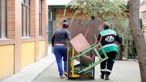 Mobiliario de los colegios en desuso entregado a recicladores - Foto: Comunicaciones Secretaría de Educación