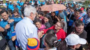 Alcalde Enrique Peñalosa acompañado por la comunidad de Ciudad Bolívar durante un recorrido