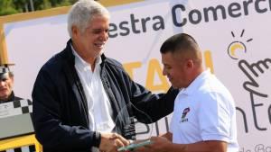 Peñalosa condecora al mejor taxista del mes y destaca uso de tabletas en taxis inteligentes en Bogotá