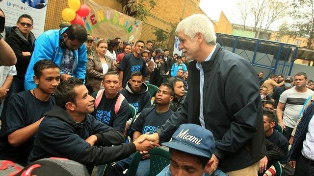 Alcalde con jóvenes de Centro La Rioja - Foto: Prensa Alcaldía Mayor / Diego Bauman