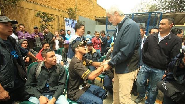 Alcalde con jovénes del Idipron - Foto: Prensa Alcaldía Mayor / Diego Bauman