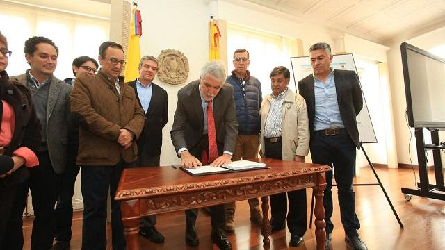 Firma decretos Lagos de Torca - Foto: Comunicaciones Alcaldía Bogotá / Diego Bauman