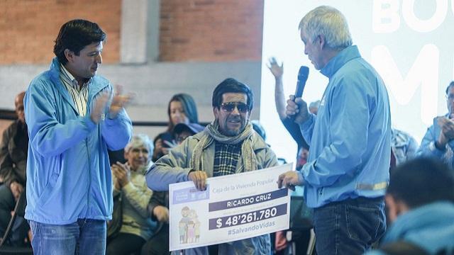 Entrega de dinero a familia en alto riesgo - Foto: Oficina de Prensa Alcaldía Mayor / Camilo Monsalve