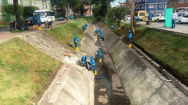 Limpieza de canales - Foto: Prensa Alcaldía Mayor de Bogotá / Ana María Cuevas