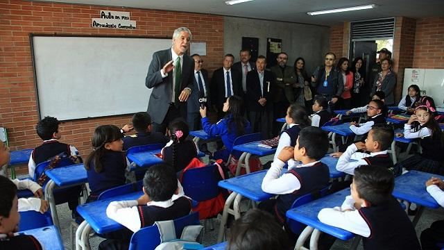 Alcalde con estudiantes - Foto: Prensa Alcaldía Mayor