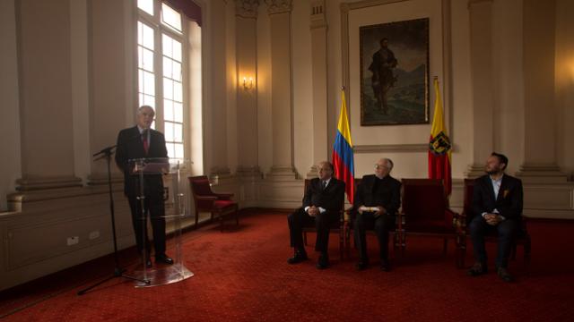 Alcalde condecora salesianos - FOTO: Prensa Consejería de Comunicaciones Alcaldía Mayor de Bogotá