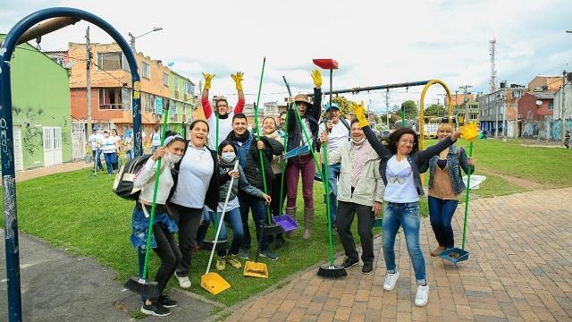 En Lombardia, Suba, funcionarios del Distrito y residentes embelleciendo un parque con 'Bogotá Limpia 2018'