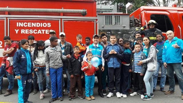 Niños aprenden sobre prevención con Bomberos de Bogotá. Foto: Bomberos de Bogotá