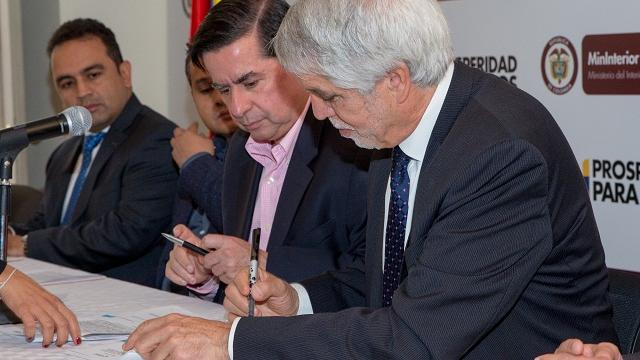 Firma convenio cámaras de seguridad - Foto: Comunicaciones Alcaldía Bogotá / Andrés Sandoval