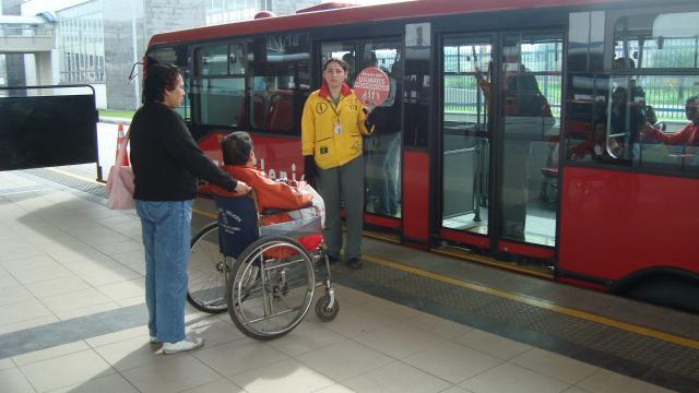 Persona discapacitada en Transmilenio - FOTO: Prensa Trasnmilenio