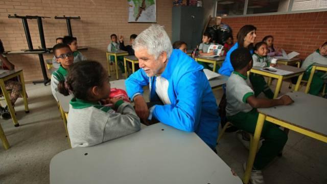 El alcalde Enrique Peñalosa visita colegios en Bogotá