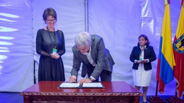 Firma carta de compromiso - FOTO: Consejería de Comunicaciones