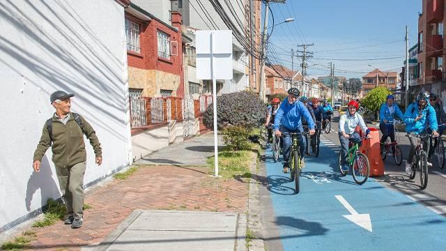 Alcalde Peñalosa en bicicleta en día sin carro en Bogotá