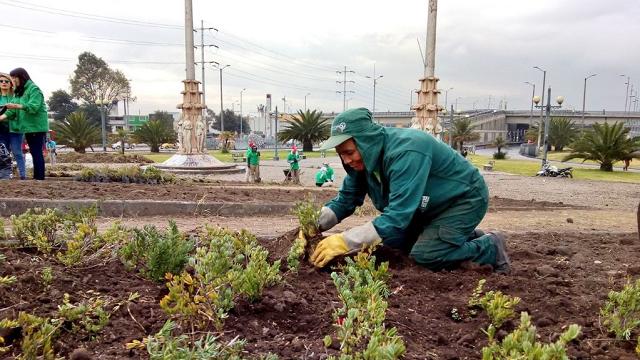 Siembra de plantas en el Monumento a Las Banderas - Foto: Jardín Botánico de Bogotá