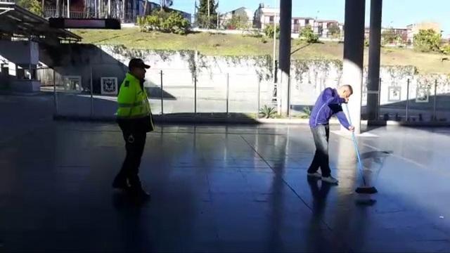 Que no le pase: A colados les tocó hacer oficio en estaciones de TransMilenio