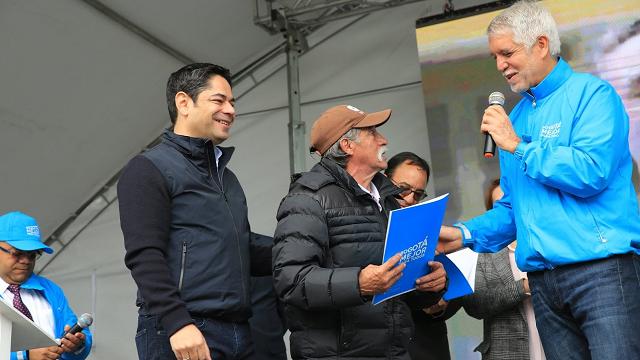 Habitantes de El Amparo recibiendo sus títulos de propiedad - Foto: Secretaría de Hábitat