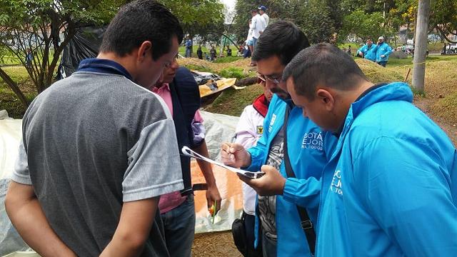 Funcionarios del Distrito atendiendo a ciudadanos venezolanos en Bogotá