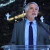 Alcalde Enrique Peñalosa en la instalación de la luminaria LED 80 mil