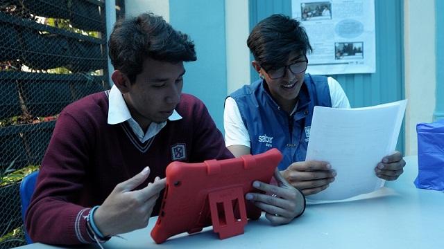 Entrega de tabletas y computadores en colegios de Bogotá