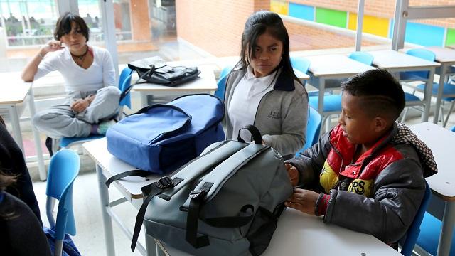 Entrega de kits escolares a estudiantes indígenas - Foto: Prensa Secretaría de Educación